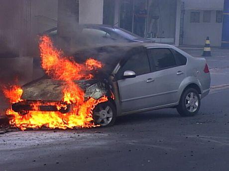 automobile-fuoco-canneto-di-caronia