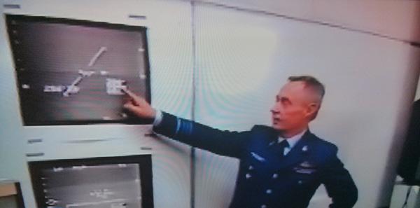 generale-wilfred-de-brower-mostra-a-stampa-ufo-e-velocita
