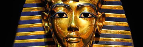 maschera-di-tutankamun-incidente-stradale